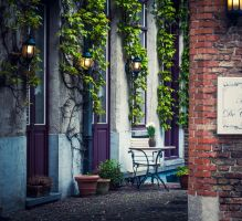 Courtyard in Bruges by floppyrom