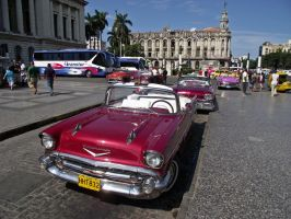Old American cars in Havana by overmoder