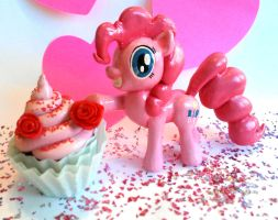 pinkie pie and her cupcake (MLP) by maggmagg