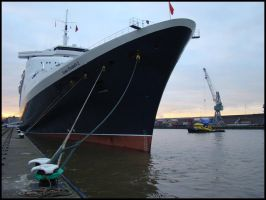 QE2 in Rotterdam by avarenity