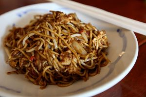 Thai-style fried noodles.. by jeffzz111