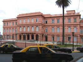 Casa Rosada and taxi cars by mirator