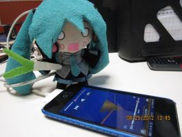 Hachune Miku... Playing music in the iPod by ibolzurikato