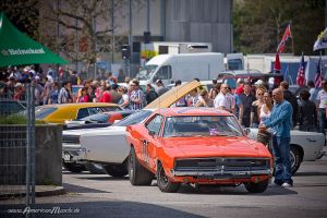 cars n people by AmericanMuscle