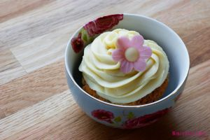 Vegan brittle-caramel-cupcakes with white ganache by Cailleanne