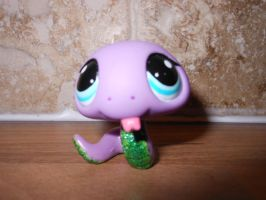 lps snake with a green glitter tummy by megatiger42