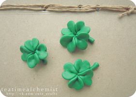 Clover (brooches), glow in the dark :) by tea-time-alchemist