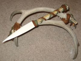 Bone knife w. antler stand 1 by lupagreenwolf