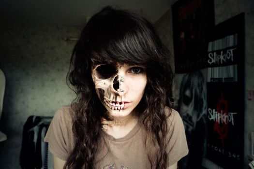my skull and me by Tsume-Tsume