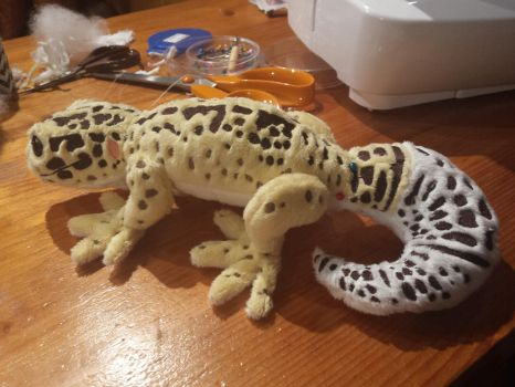 This however, is a plush gecko by ShiroTheWhiteWolf